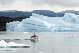 Eisberg-und-Boot-Diskobucht-Groenland